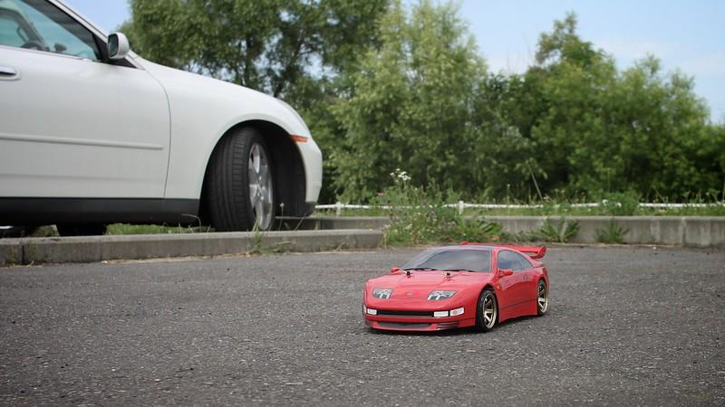 車とラジコンカー